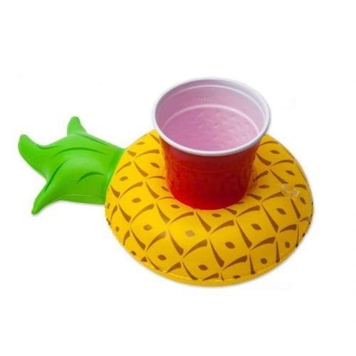 Oppblåsbar drikkeholder formet som en ananas med et glass i bruk