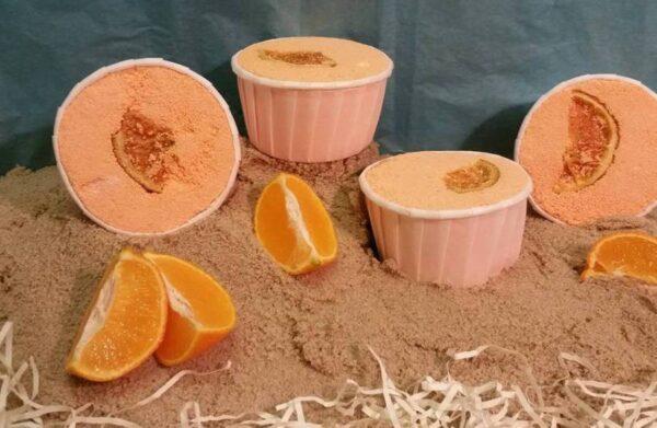 Spennende badeomber med duft av appelsin på sand