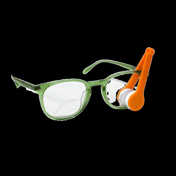 Oransje brillerens i bruk på briller i grønn innfatning