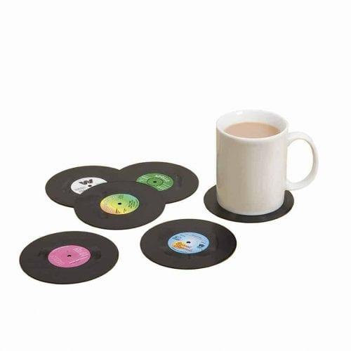 Krus med drikkebrikker formet som vinylplater