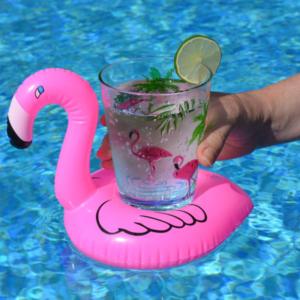 Flamingo Drikkeholder i basseng med drink.