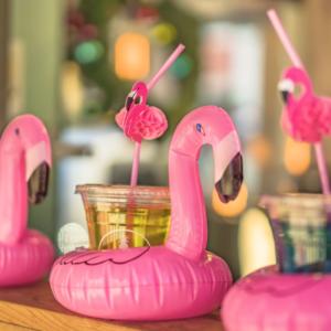 Flamingo Drikkeholder i bruk på fest