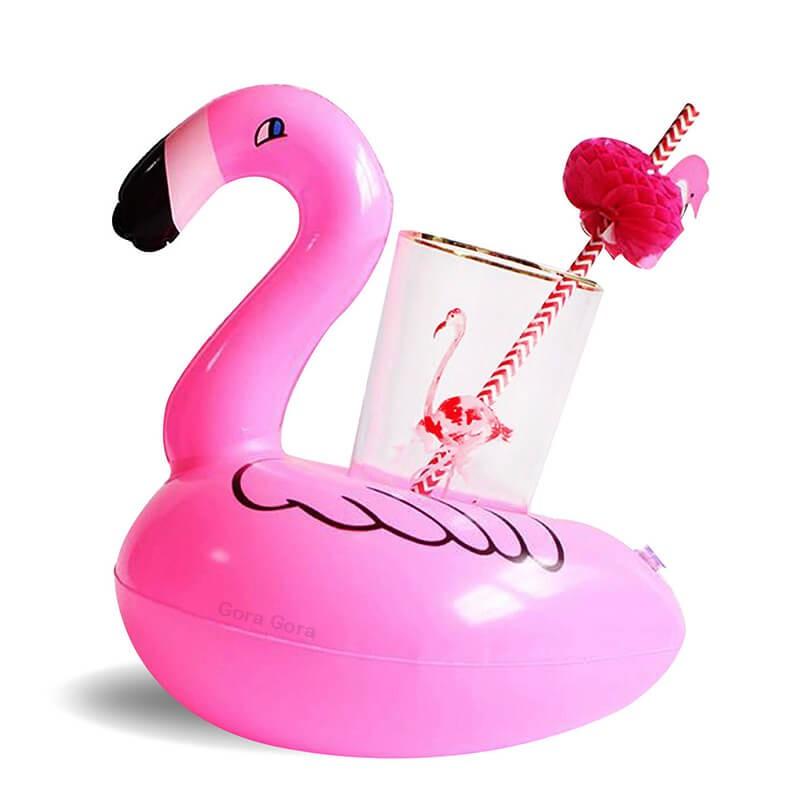 Oppblåsbar drikkeholder formet som flamingo med flamingoglass og sugerør