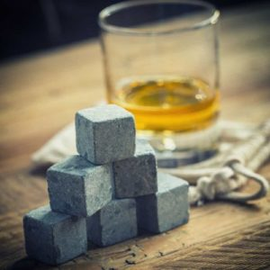 Isbiter i stein til whisky eller sommerdrinken