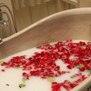 Såperoser i bruk i badekar