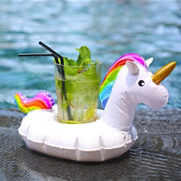 Enhjørning oppblåsbar drikkeholder med drink ved sjøen