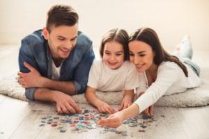 familie koser seg med puslespill