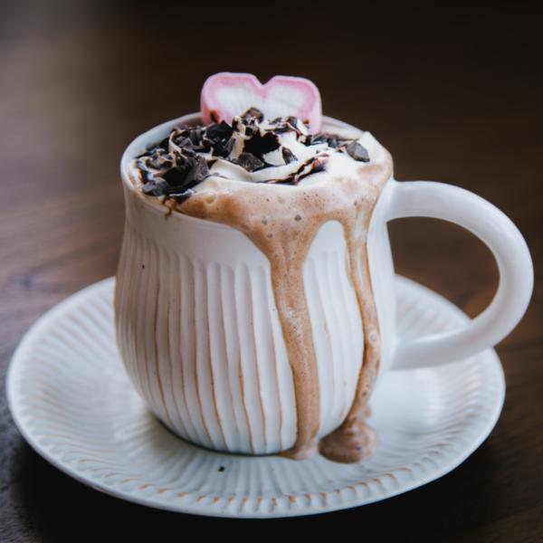 Hjerteformet marshmallows i en kopp kakao