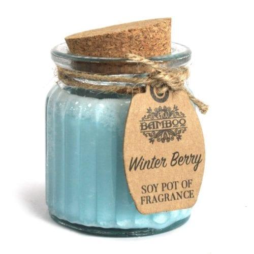 Nydelig duftelys med lukt av vinterbær på glasskrukke