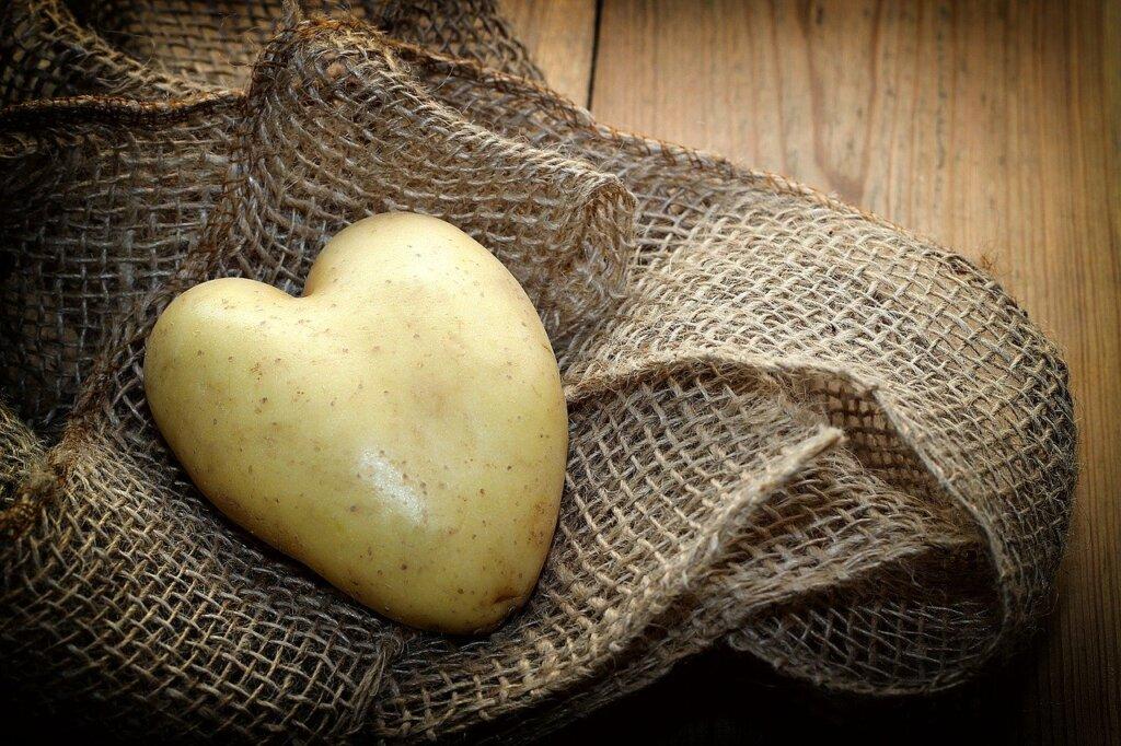 Potet formet som et hjerte liggende på en striesekk på et bord
