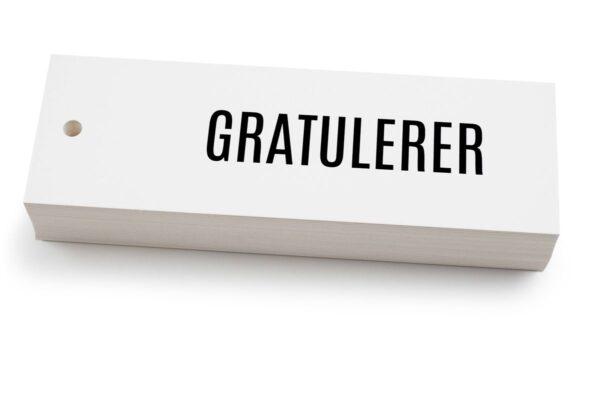 Hvitt kort med svart tekst gratulerer