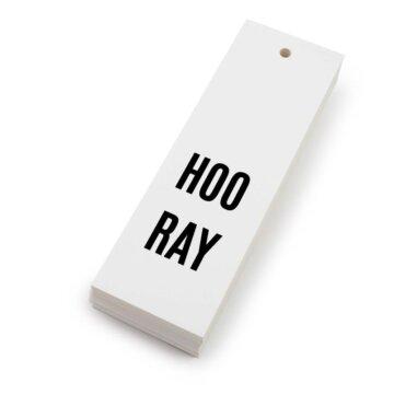 Hvitt kort med svart tekst hooray