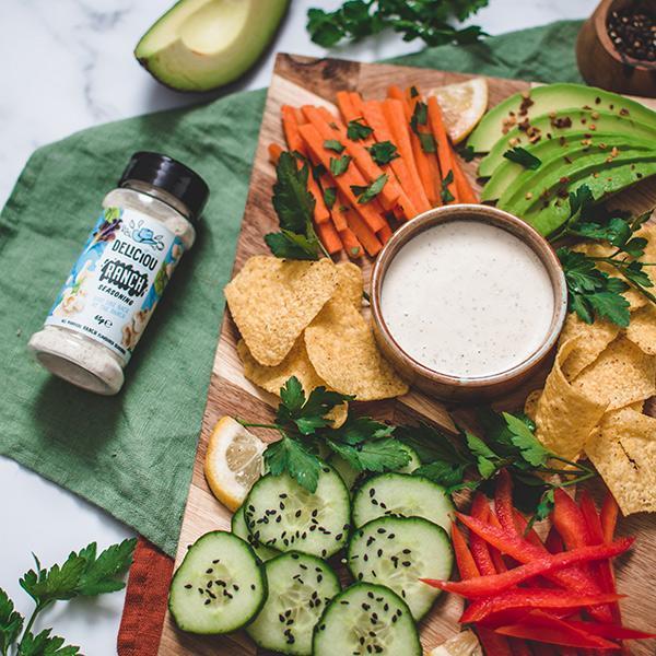 grønnsaker, chips og dip med ranch krydder
